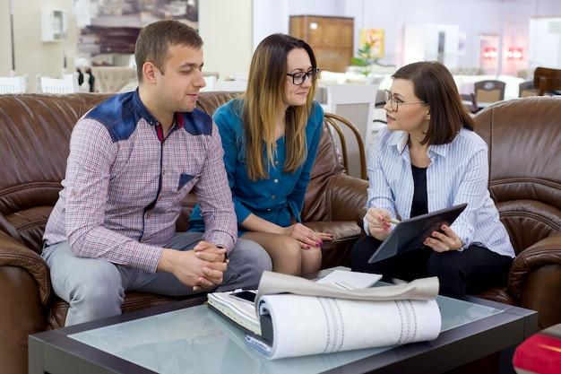 Família escolher tecidos interiores Foto Premium