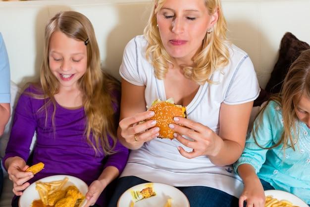 Família está comendo hambúrguer ou fast food Foto Premium