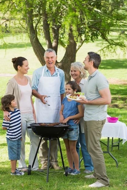 Família extensa em churrasco no parque Foto Premium