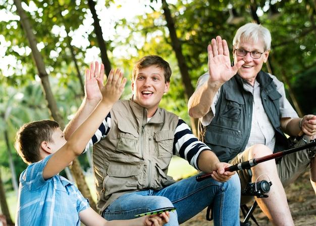 Família, fazendo, alto, cinco, enquanto, pesca Foto Premium