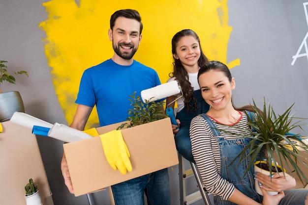 Família fazendo reparos na casa para a venda. venda de casas. Foto Premium