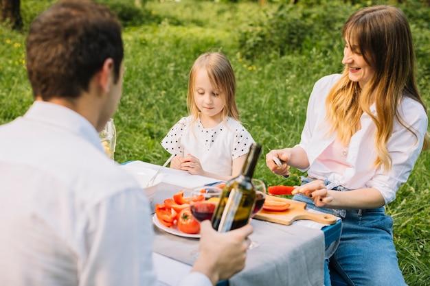 Família fazendo um piquenique na natureza Foto gratuita