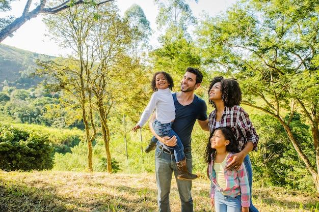 Família feliz aproveitando o campo Foto Premium