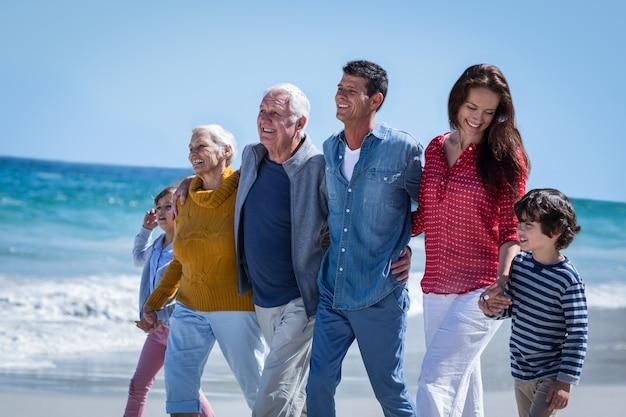 Família feliz caminhando juntos Foto Premium