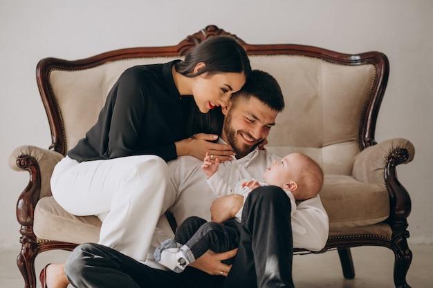 Família feliz com seu primeiro filho Foto gratuita
