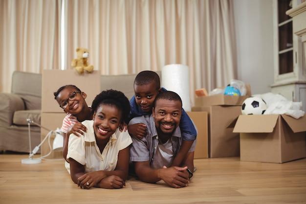 Família feliz, deitado em cima do outro na cama Foto Premium