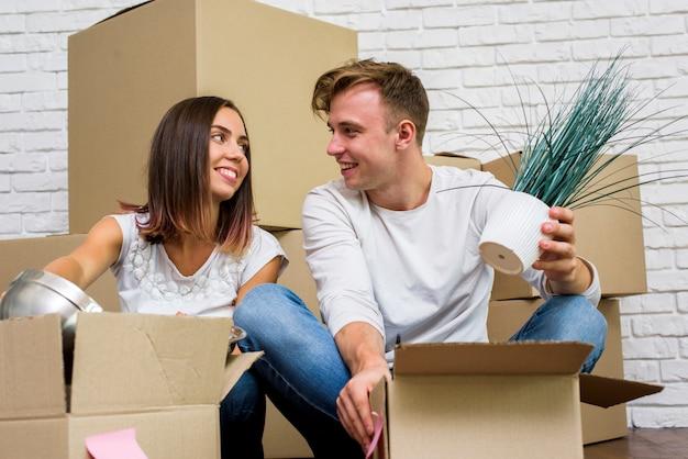 Família feliz desembalar caixas Foto gratuita
