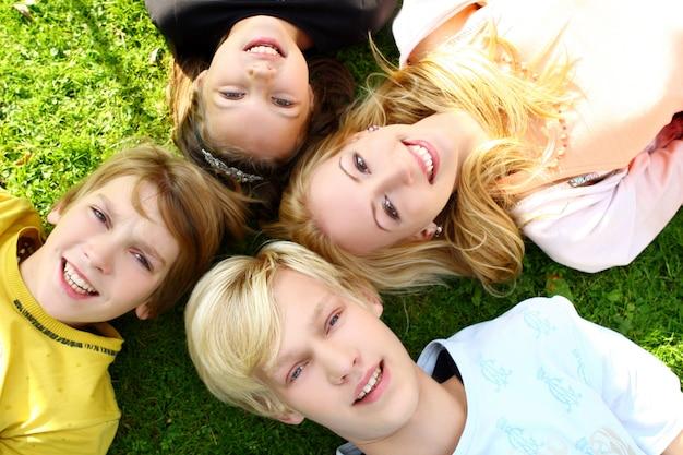 Família feliz divirta-se no parque Foto gratuita
