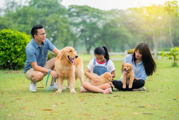 Família feliz e os cães felizes no jardim Foto Premium