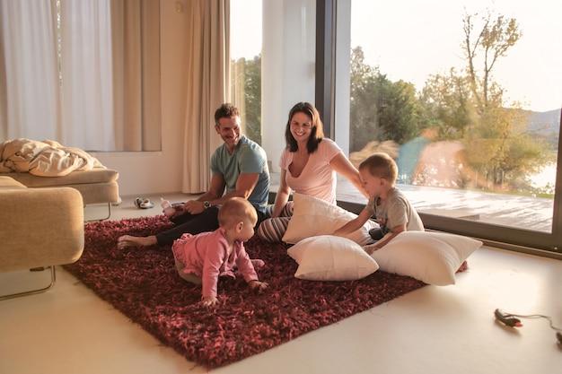 Família feliz em casa Foto Premium