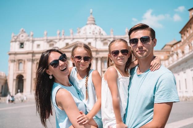 Família feliz, em, st, basílica peter, igreja, em, cidade vaticano, Foto Premium