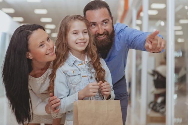 Família feliz, fazer compras no shopping juntos Foto Premium