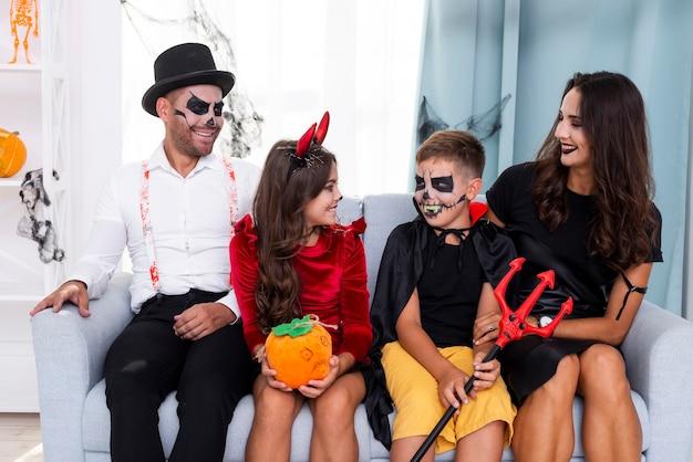 Família feliz junto em trajes de halloween Foto gratuita