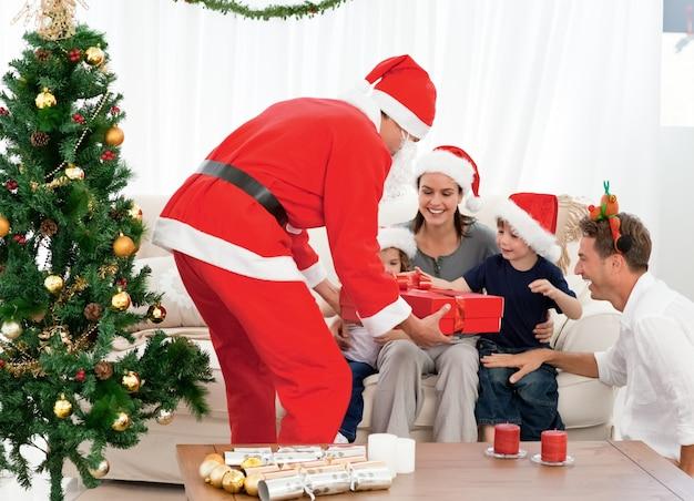Família feliz na noite de natal em casa Foto Premium