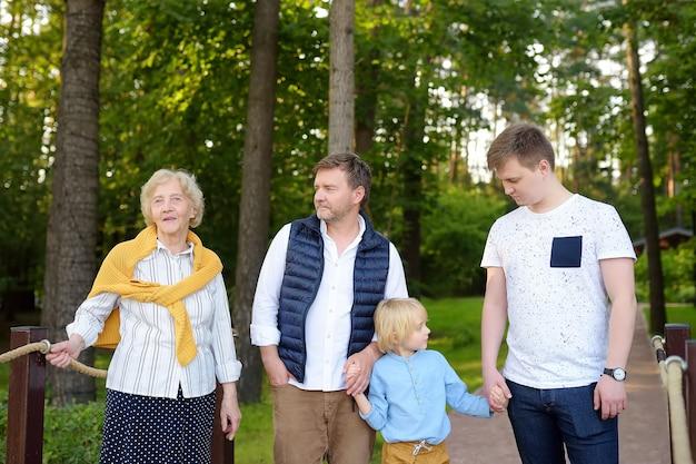 Família feliz no parque junta Foto Premium