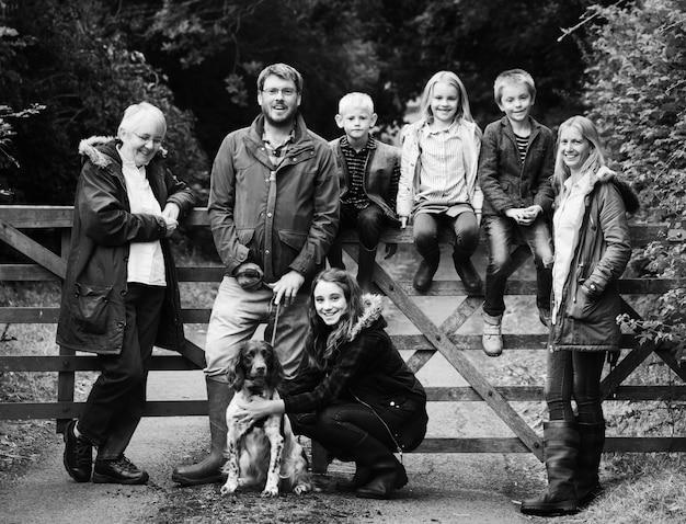 Família feliz no parque Foto gratuita