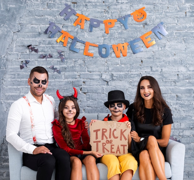 Família feliz posando juntos para o halloween Foto gratuita