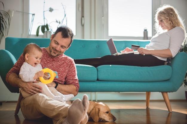 Família feliz relaxando em casa Foto Premium