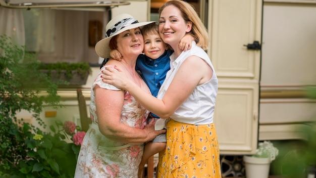 Família feliz se abraçando para uma foto Foto gratuita