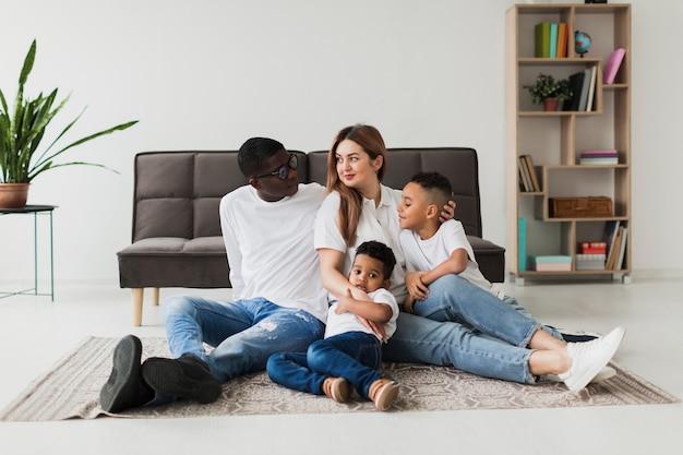 Família feliz se divertindo juntos em casa Foto gratuita