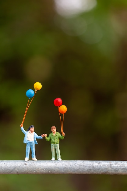 Família feliz segurando balões coloridos Foto Premium