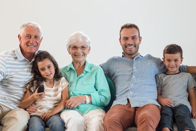 Família feliz sentada no sofá Foto Premium
