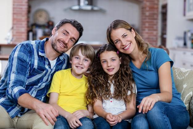 Família feliz, sentado em um sofá Foto Premium