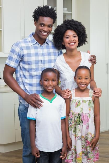 Família feliz sorrindo para a câmera Foto Premium