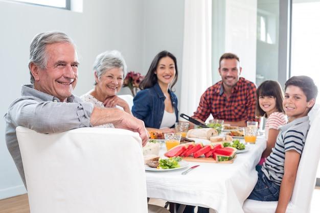 Família feliz tomando café da manhã Foto Premium