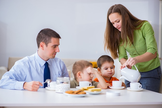 Família feliz tomando café juntos em casa Foto Premium