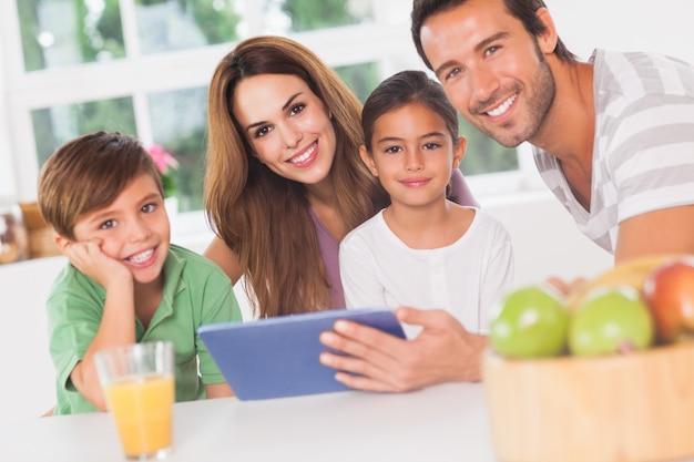Família feliz usando um tablet pc Foto Premium