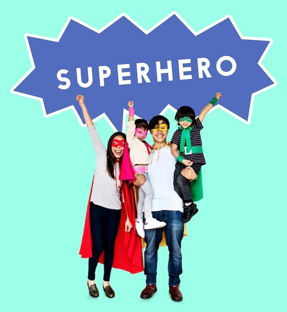 Família feliz vestindo trajes de super-heróis Foto Premium