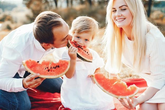 Família fofa brincando em um parque de verão Foto gratuita