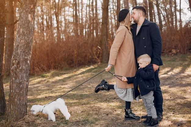 Família fofa brincando em um parque Foto gratuita