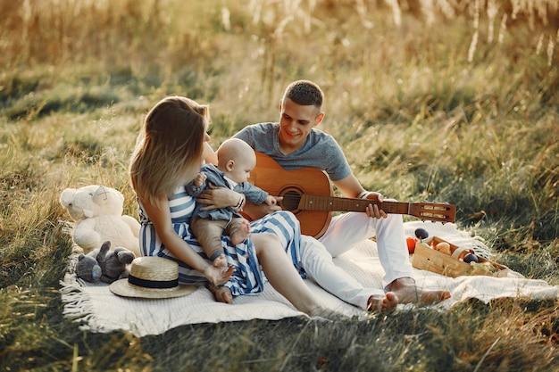 Família fofa jogando em um campo de outono Foto gratuita