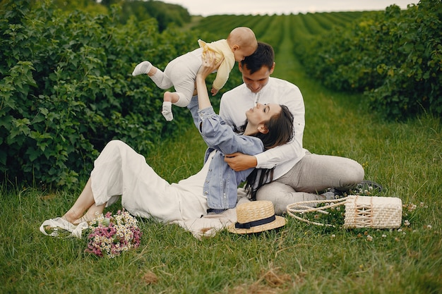 Família fofa jogando em um campo de verão Foto gratuita