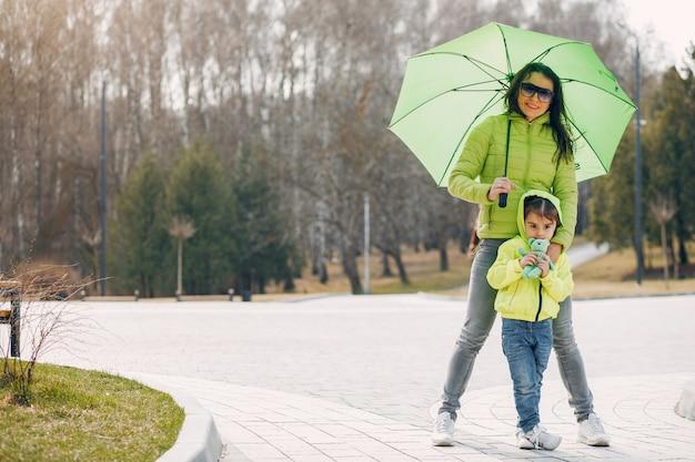 Família fofa no parque Foto gratuita