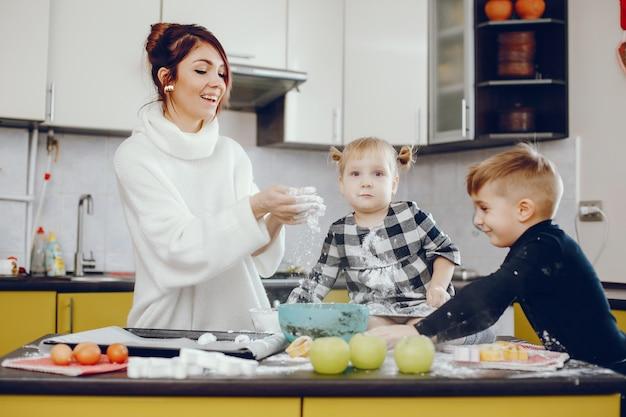Família fofa preparar o breakfest em uma cozinha Foto gratuita