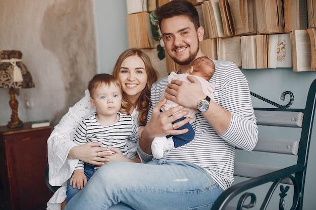 Familia fofa sentado em casa Foto gratuita