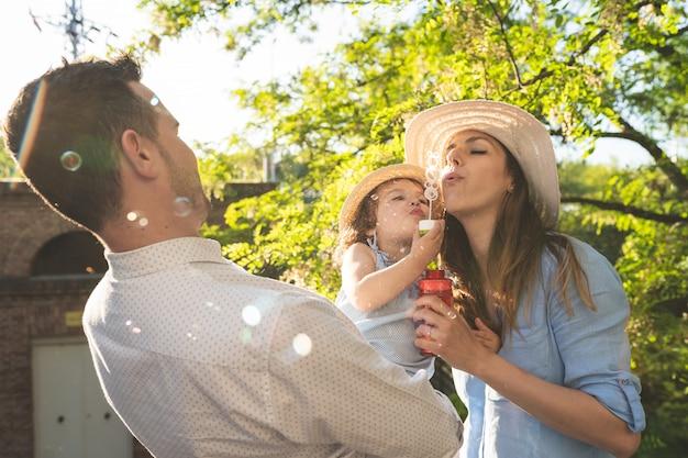 Família hispânica feliz se divertindo juntos ao ar livre. Foto Premium