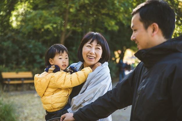 Família japonesa em um parque Foto Premium