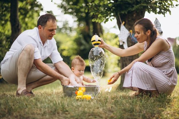 Família jovem com filho pequeno no parque Foto gratuita
