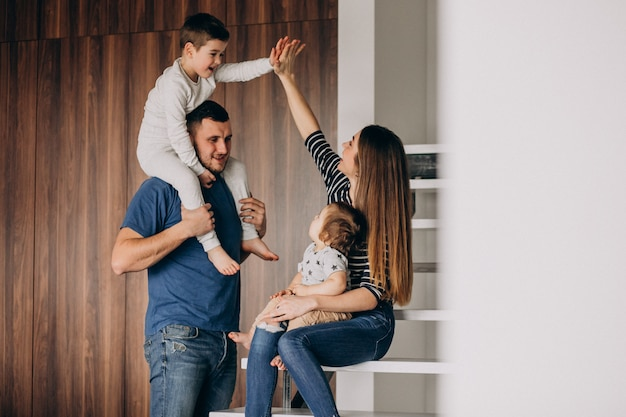 Família jovem com seu filho pequeno em casa se divertindo Foto gratuita