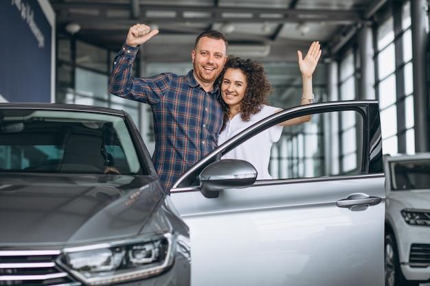 Família jovem, compra um carro, em, um, showroom carro Foto gratuita