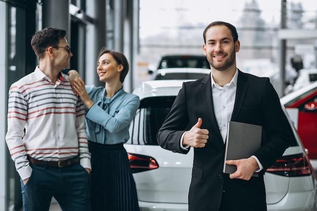 Família jovem, compra um carro Foto gratuita