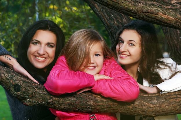 Família jovem dando um passeio saudável pelo parque outono Foto gratuita