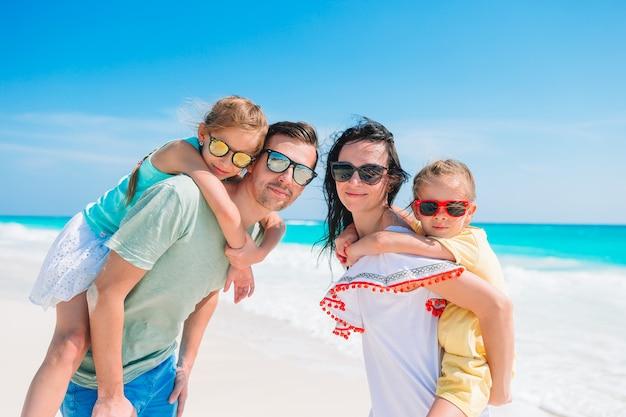 Família jovem de férias se divertir muito Foto Premium