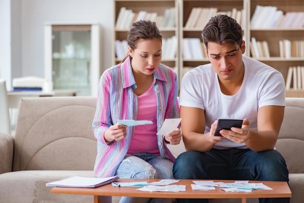 Família jovem discutindo finanças familiares Foto Premium