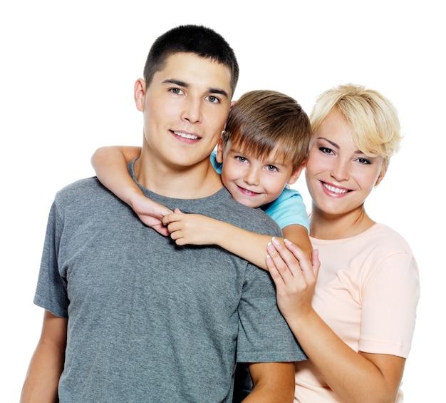 Família jovem e feliz com filho de 6 anos Foto gratuita