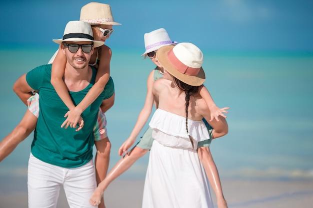Família jovem em férias tem muita diversão Foto Premium